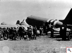 m_amerikaanse soldaten bij een dc-3 dakota vliegtuig