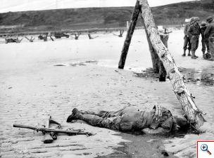 m_op omaha beach ligt een gesneuvelde amerikaanse soldaat