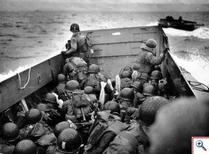 m_opeengepakt en vol angst varen de soldaten naar de kust van omaha beach